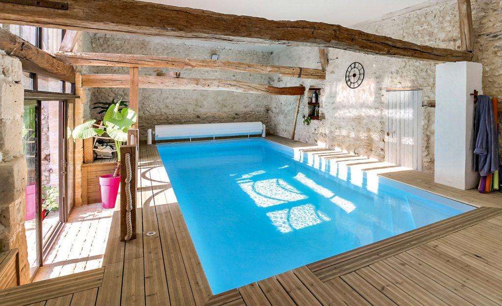 Indoor-Pool mit Tageslicht