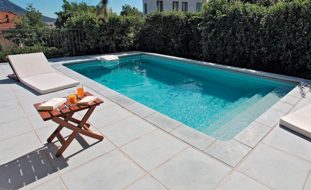 Klassischer Swimmingpool