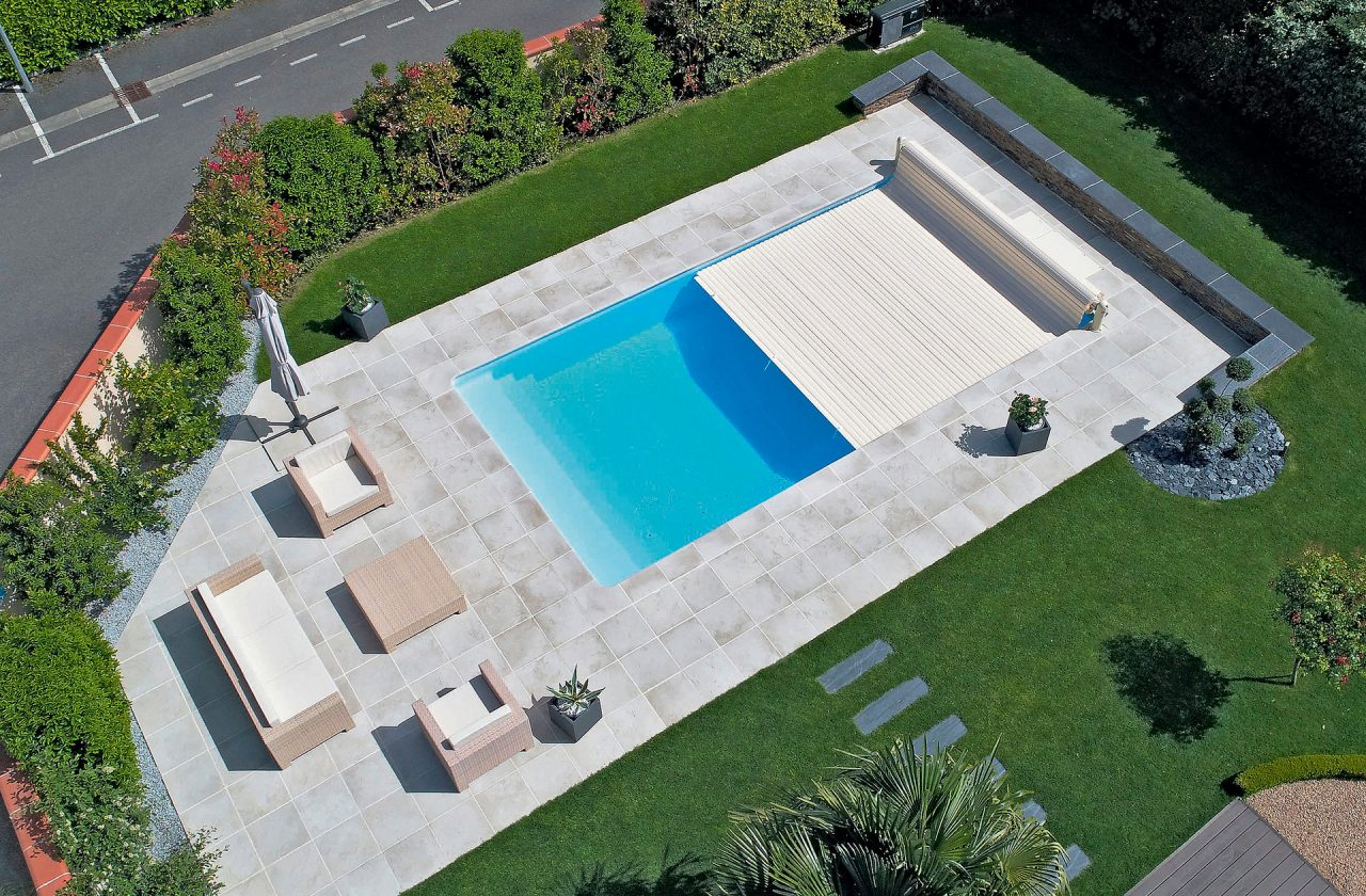 Pool bildgalerie swimmingpool referenzen desjoyaux pools for Gartenpool mit abdeckung