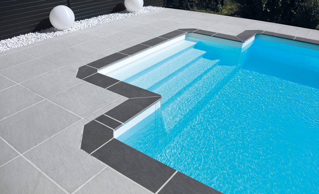 Beckenumrandung Pool-Randsteine individuell - Feinsteinzeug Fliesen hellgrau und dunkelgrau